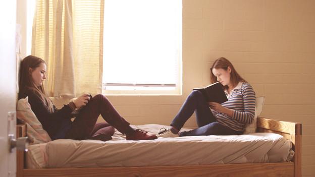 Die Betreuerin Grace (Brie Larson, rechts) gewinnt das Vertrauen von Jayden (Kaitlyn Dever).