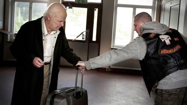 Der hundertjährige Allan (Robert Gustafsson) soll auf einen Koffer aufpassen. Das tut er so gewissenhaft, dass er ihn mitnimmt.