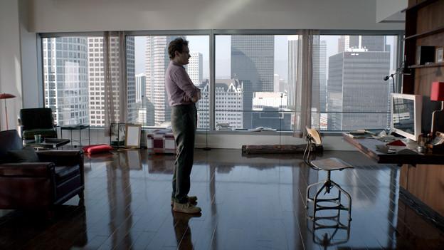 Theodore (Joaquin Phoenix) ist nur scheinbar allein in seiner Wohnung, denn das Betriebssystem seines Computers ist ständig für ihn da.