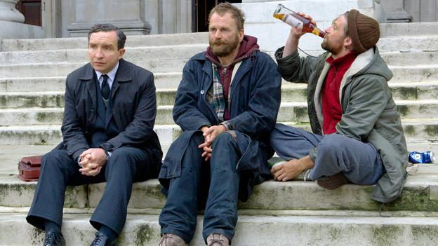 Bei seinen Nachforschungen zu Angehörigen von Verstorbenen bekommt es John May (Eddie Marsan, links) auch mit Lebenden zu tun.