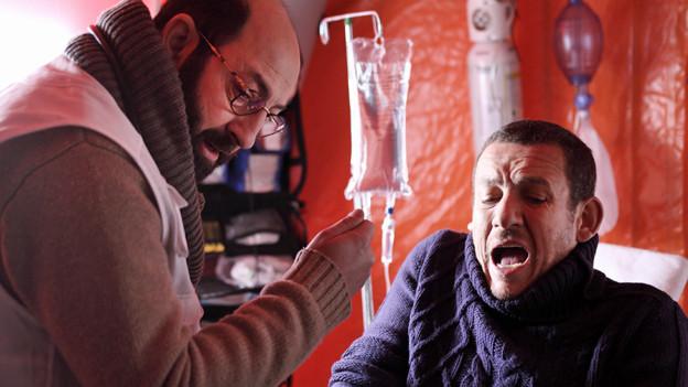 Als Hypochonder hat Romain (Dany Boon, rechts) eine innige Beziehung zu seinem Hausarzt (Kad Merad).