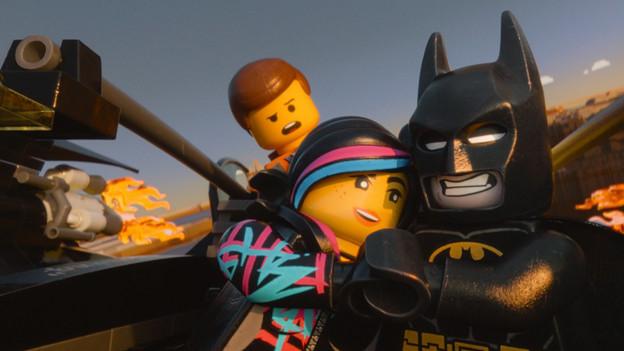 Die schöne Wildstyle hält mit Batman Händchen, dabei ist doch Emmet in sie verliebt.