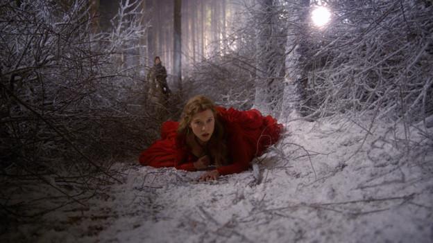 Belle (Léa Seydoux) an der Grenze zum Reich des Monsters.