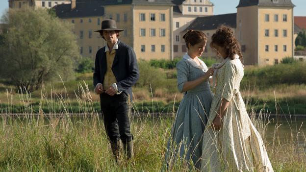 Friedrich Schiller (Florian Stetter) und die geliebten Schwestern Charlotte (Henriette Confurius) und Caroline (Hannah Herzsprung).