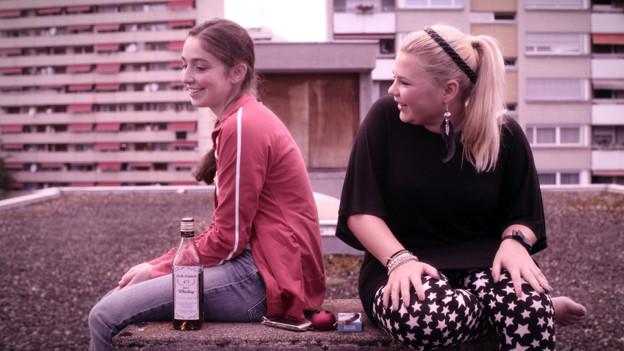 Asal (Lea Bloch, links) sitzt neben Zoe (Runa Greiner).