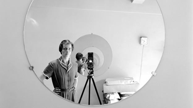 Eines der vielen Selbstporträts von Vivian Maier.