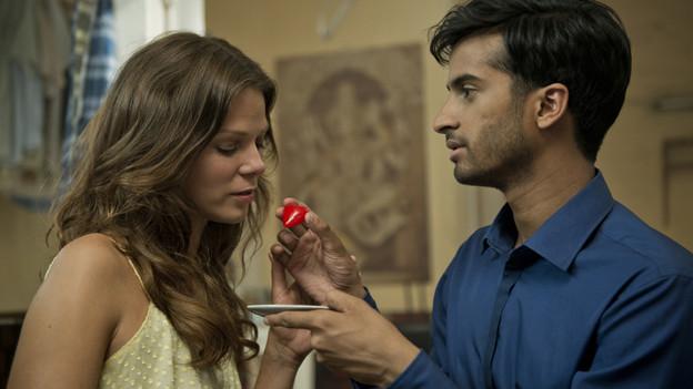 Die beiden arbeiten bloss zusammen: Andrea (Jessica Schwarz) und Maravan (Hamza Jetooa).