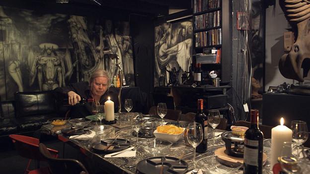 Der Meister an seinem Esstisch: H.R. Giger wartet auf eingeladene Gäste.