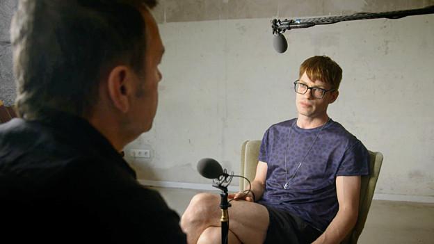 Regisseur Marcel Gisler interviewt Florian Burkhardt alias Electroboy.