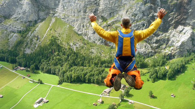 Andreas Dachtler lässt sich bei einem Base Jump im Lauterbrunnental filmen.