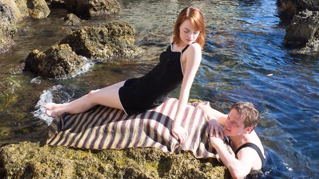 Stanley (Colin Firth) verguckt sich ausgerechnet in Sophie (Emma Stone), das Medium, das er als Schwindlerin entlarven soll.