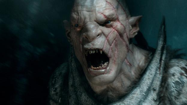 Falls es jemanden interessiert: In der Maske des Ork-Anführers Azog steckt Manu Bennett.