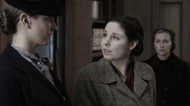 Katharina Walser (Simona Specker, Mitte) muss sich gegen böse Zungen im Dorf behaupten.