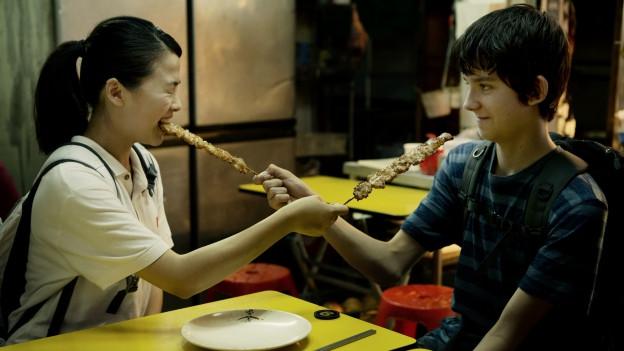 Nathan (Asa Butterfield) ist von Zhang Mei (Jo Yang) fasziniert.