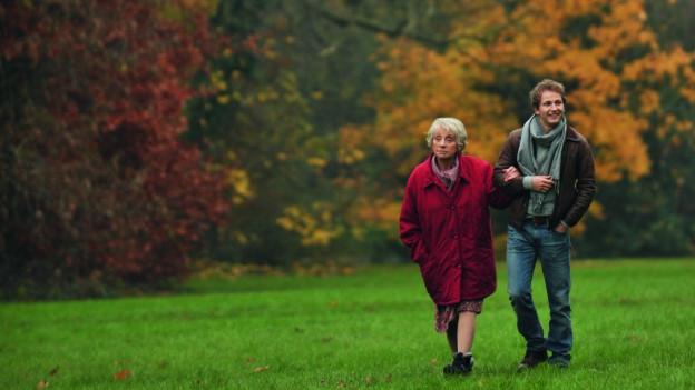 Im Herbst geht das Leben weiter: Romain (Mathieu Spinosi) und seine Oma (Annie Cordy).