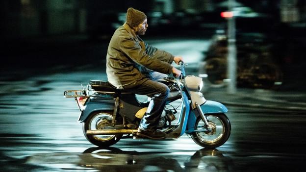 Der einzige Ort, wo der Brenner (Josef Hader) Gas gibt: im Sattel seines Mopeds.