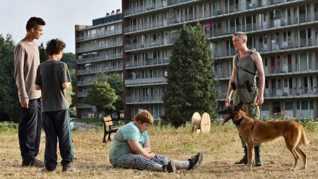 Der dicke Kevin (David Thielemans) wird gehänselt. Der Wachmann Patrick (Swann Arlaud) hilft ihm.