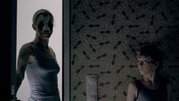 Elias (Elias Schwarz) versteckt sich vor seiner Mutter (Susanne Wuest).