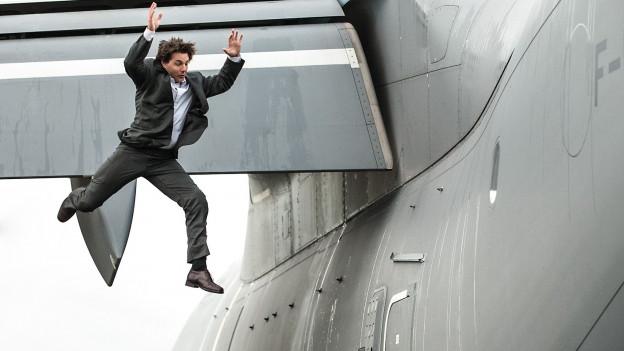 Ethan Hunt (Tom Cruise) demonstriert eine neue Art, ein Flugzeug zu boarden.