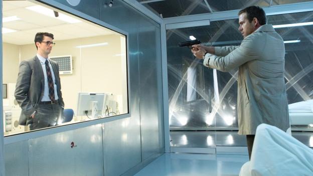 Edward (Ryan Reynolds, rechts) hat etwas gegen die dubiose Geschäftspraxis von Albright (Matthew Goode).