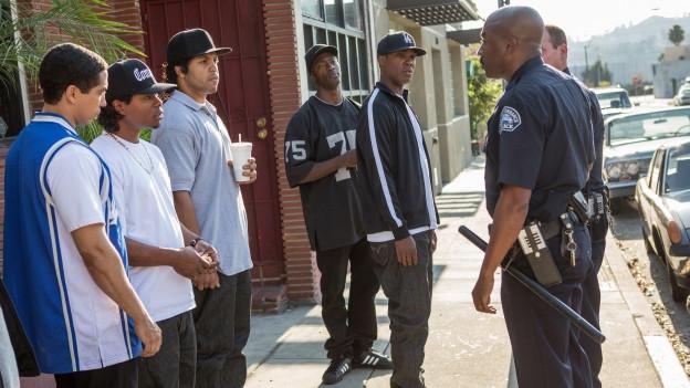 Schlüsselszene: Ein schwarzer Polizist schikaniert die Rapper von N.W.A. vor dem Aufnahmestudio.