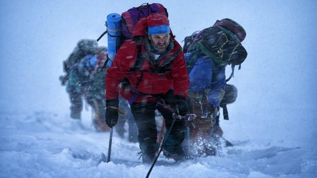 Bergführer Rob Hall (Jason Clarke) und seine Gruppe geraten am Mount Everest in ein Unwetter.