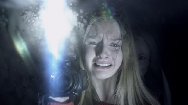 Becca (Olivia DeJonge) filmt alles, was im Haus ihrer Grosseltern geschieht.