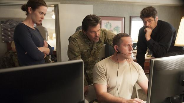 Kate (Emily Blunt), Matt (Josh Brolin, 2.v.l.) und Alejandro (Benicio Del Toro, rechts) planen einen Einsatz.