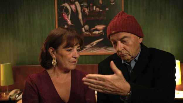 Espe (Carmen Maura) soll David (Patrick Lapp) den tödlichen Cocktail überreichen.