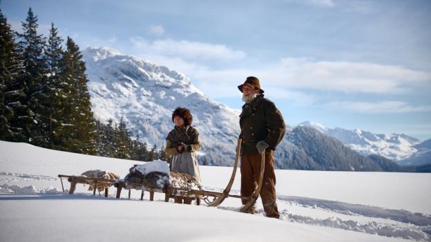 Der Alpöhi (Bruno Ganz) bringt Heidi (Anuk Steffen) ins Tal zum Geissenpeter.