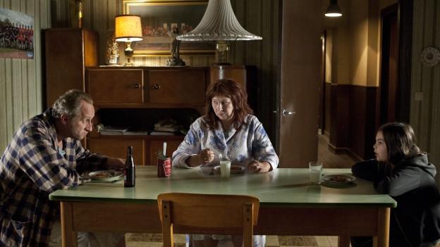 Gott (Benoît Poelvoorde) mit Frau (Yolande Moreau) und Tochter (Pili Groyne).