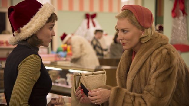 Gleich bei der ersten Begegnung funkt es zwischen Therese (Rooney Mara, links) und Carol (Cate Blanchett).