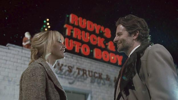 Joy (Jennifer Lawrence) kann zum Teleshopping-Sender von Neil Walker (Bradley Cooper).