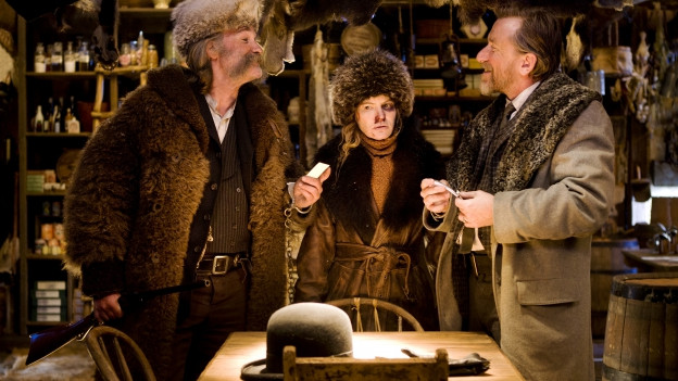 So sieht es in diesem Winterwestern meistens aus: braun. Kurt Russell, Jennifer Jason Leigh und Tim Roth.