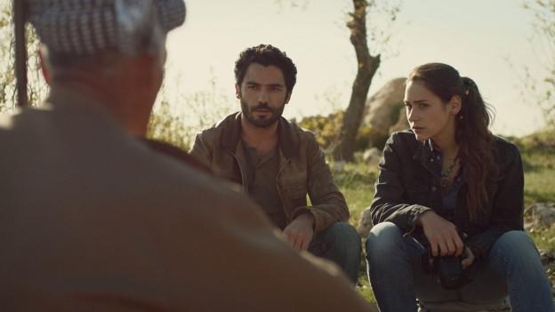 Ramo (Ismail Zagros) führt Mira (Manon Pfrunder) durchs irakische Kurdistan.