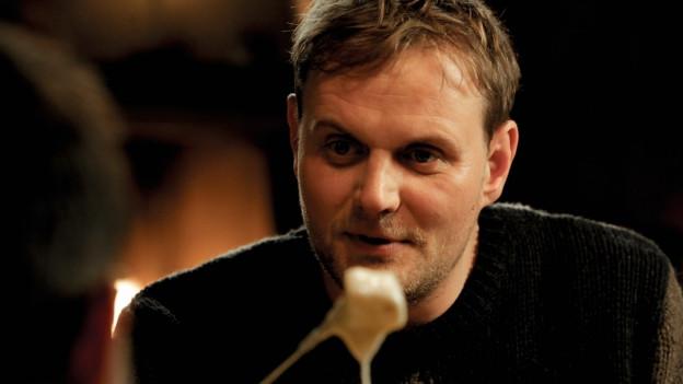 Thomas (Devid Striesow) isst lieber Fondue, als seinen Mann zu stehen.