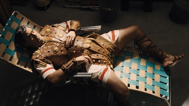 Der von kommunistischen Drehbuchautoren entführte Filmstar (George Clooney) erwacht in einem Abstellraum.