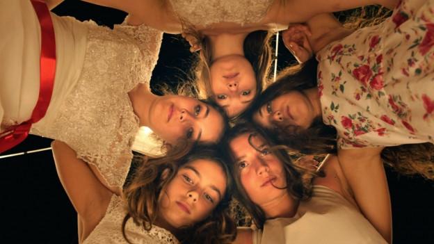 Wild und mit Mähnen wie Mustangs: die fünf Schwestern.