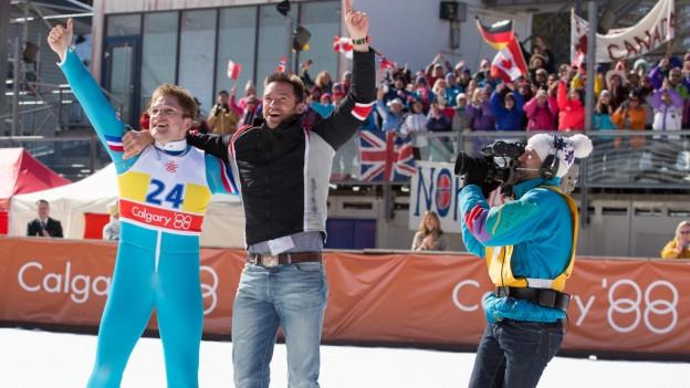 Eddie (Taron Egerton) und sein Trainer (Hugh Jackman) in Calgary.