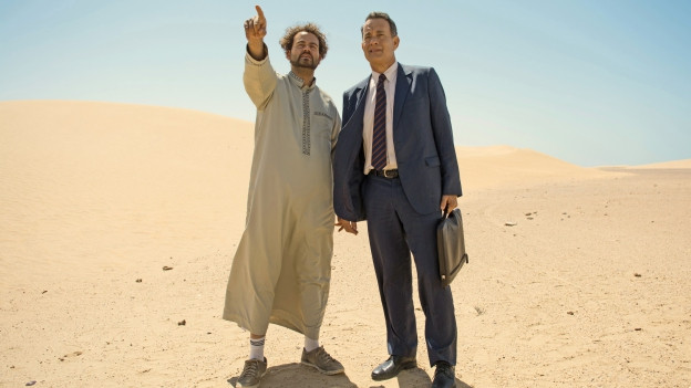 Fahrer Yousef (Alexander Black, links) zeigt Alan Clay (Tom Hanks) Saudi-Arabien.
