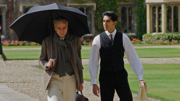Professor Hardy (Jeremy Irons) will Beweise für Ramanujans (Dev Patel) revolutionäre Mathematik.