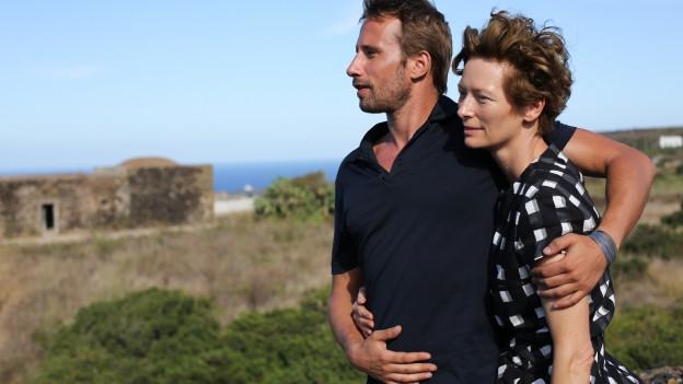 Rocksängerin Marianne (Tilda Swinton) hängt mit Paul (Mathias Schoenaerts) auf Pantelleria ab.