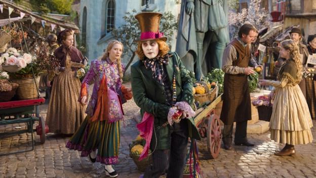 Mia Wasikowska und Johnny Depp in wahnwitzigen Kostümen.