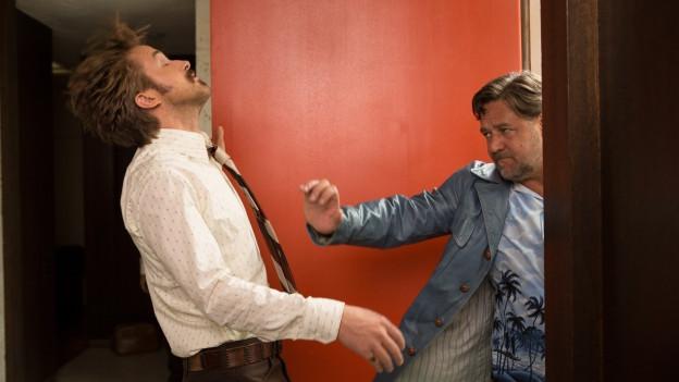 Marchs (Ryan Gosling, links) erste Begegnung mit Healy (Russell Crowe) ist eher unfreundlich.