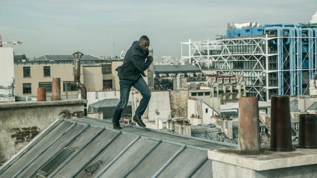 Eine Verfolgung über den Dächern von Paris mit Idris Elba: nichts Neues, aber dennoch spektakulär.