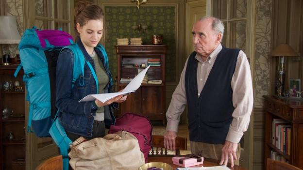 Anfangs lehnt Monsieur Henri (Claude Brasseur) die Studentin Constance (Noémie Schmidt) ab.