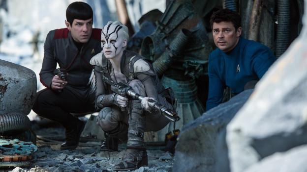 Spock (Zachary Quinto), Jaylah (Sofia Boutella) und Pille (Karl Urban).