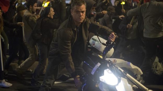 Jason Bourne (Matt Damon) klaut einem Athener Polizisten das Motorrad.