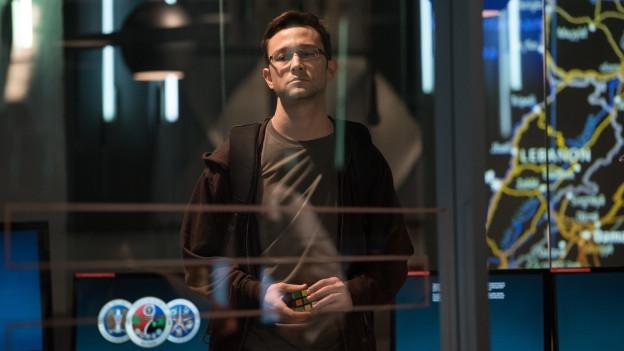 Ed Snowden (Joseph Gordon-Levitt) und der Rubik-Würfel, der bedeutend wird.