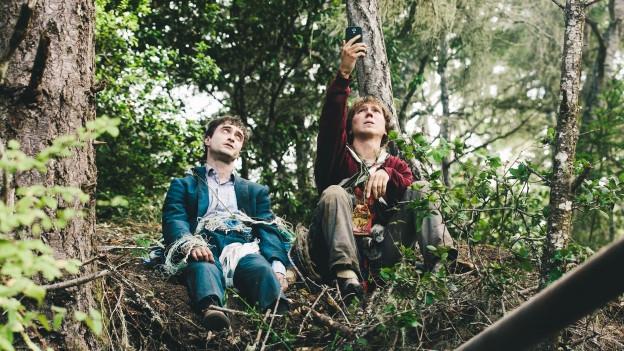 Der Obdachlose Hank (Paul Dano, rechts) will mit einer Leiche (Daniel Radcliffe) zurück in die Zivilisation.